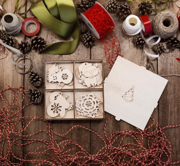 Zestaw drewnianych zabawek świątecznych w otwartym pudełku ze sklejki z drzewem xmas
