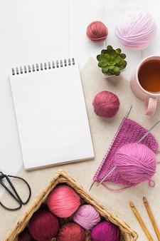 Zestaw dziewiarski z notatnikiem i włóczką