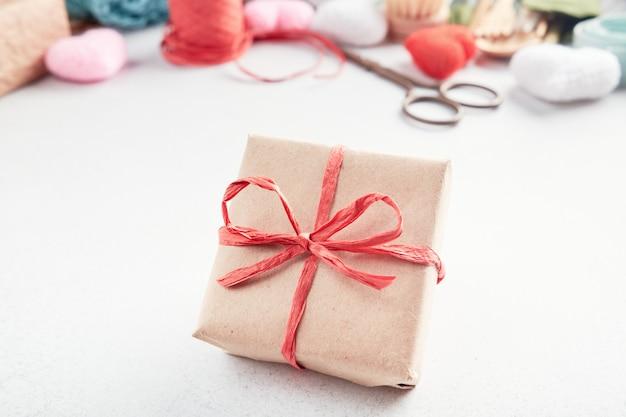 Zestaw eko prezentów rozłożonych na stole. prezent bez odpadów zapakowany w papier.