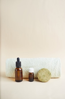 Zestaw eko produktów do pielęgnacji włosów. szampon w kostce, olejek eteryczny i olejek do włosów. kosmetyki organiczne. zero odpadów, bez plastiku.