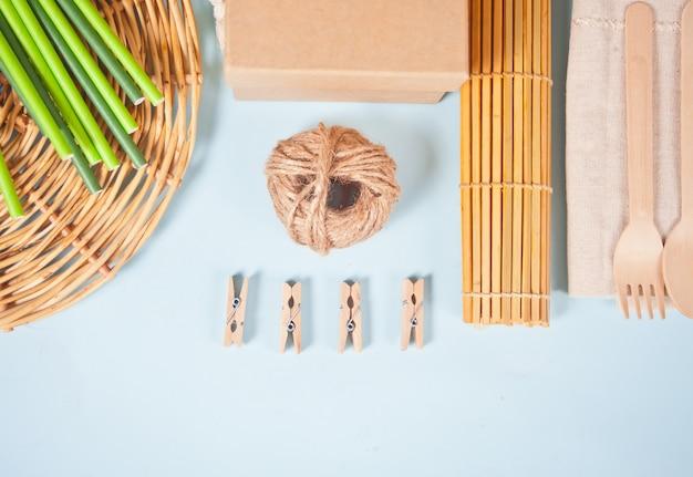 Zestaw ekologiczny. bambusowe sztućce, słomki papierowe, szpilki z tkaniny, kartonik, bawełniana ściereczka. koncepcja bez plastiku. zero marnowania.