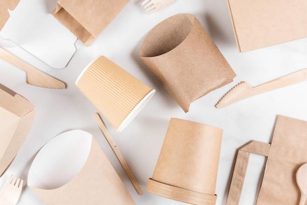 Zestaw ekologicznych naczyń jednorazowego użytku wykonanych z drewna bambusowego i papieru