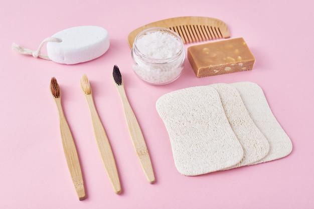 Zestaw ekologicznych przedmiotów higieny osobistej. bambusowa szczoteczka do zębów, drewniany grzebień, gąbka, mydło i sól morska, widok z góry leżał płasko. koncepcja zero odpadów