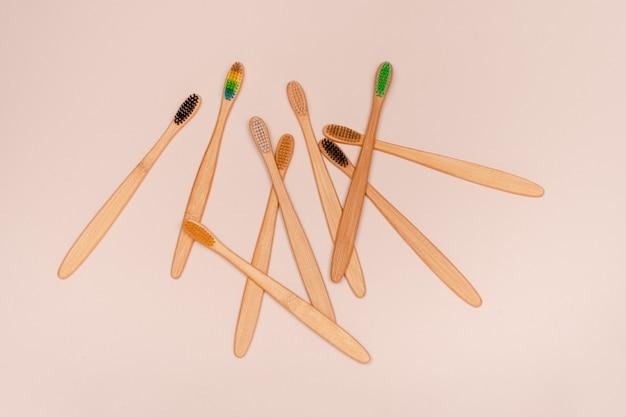 Zestaw ekologicznych szczoteczek bambusowych. zero odpadów i koncepcja pielęgnacji zębów. górny widok poziomy copyspace.
