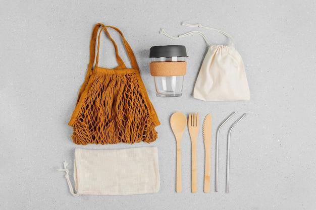 Zestaw ekologicznych sztućców bambusowych, ekologicznej torby i kubka do kawy wielokrotnego użytku. zrównoważony styl życia. koncepcja wolna od tworzyw sztucznych.