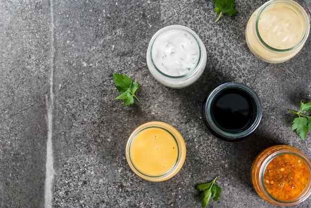 Zestaw ekologicznych zdrowych dietetycznych sosów do sałatek