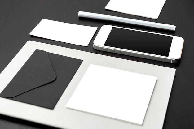Zestaw elementów marki na głębokiej czerni