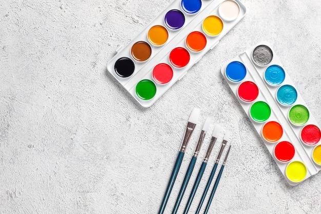 Zestaw farb akwarelowych i pędzli do malowania.