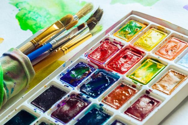 Zestaw farb akwarelowych i pędzli do malowania