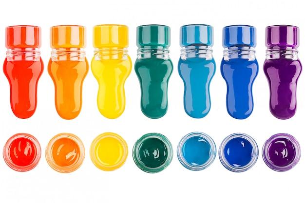 Zestaw farb (różne kolory) na białym tle