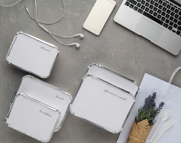 Zestaw fast foodów z laptopem na szarym tle. jedzenie dla biznesmenów i ludzi zapracowanych