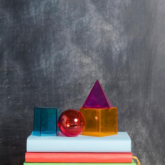 Zestaw figur geometrycznych na książkach