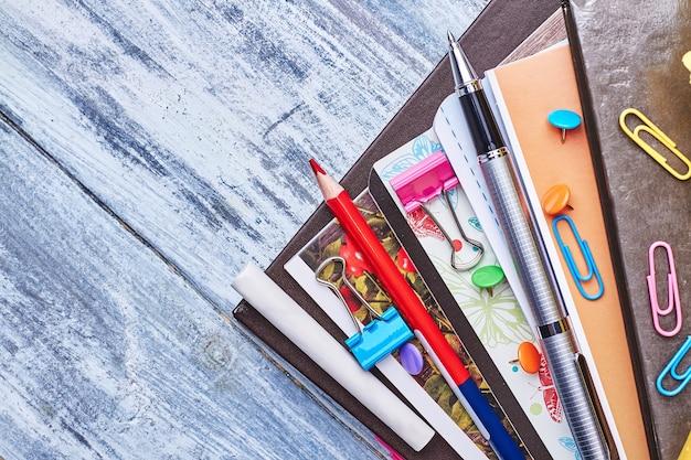 Zestaw folderów i papeterii. zorganizuj swój dzień pracy.
