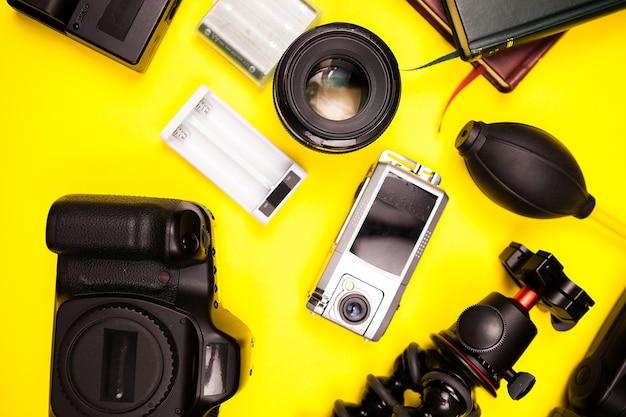 Zestaw fotografa blogera podróżniczego na żółtym tle w studio