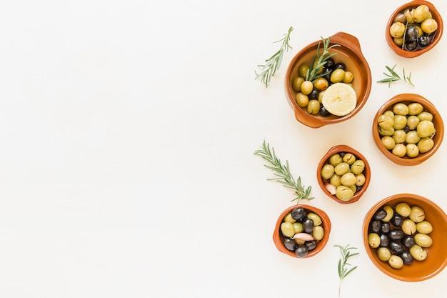 Zestaw głębokich talerzy z oliwkami