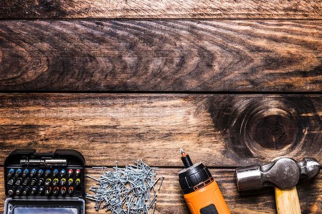Zestaw głowicy torx ze śrubami, wiertarką elektryczną i młotkiem