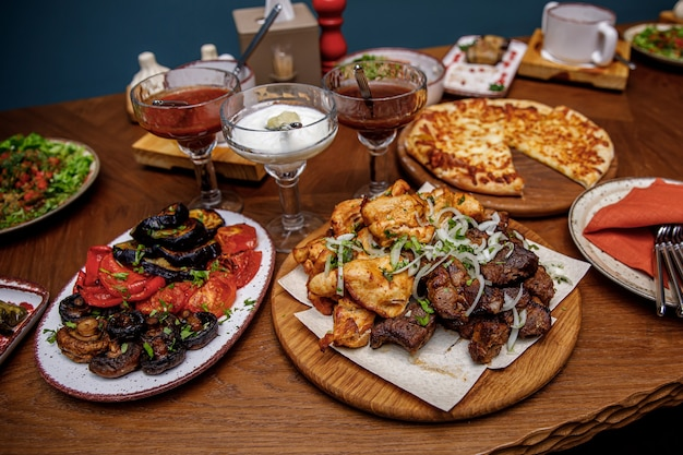 Zestaw gruzińskiego jedzenia w postaci szaszłyków z kurczaka i wieprzowiny