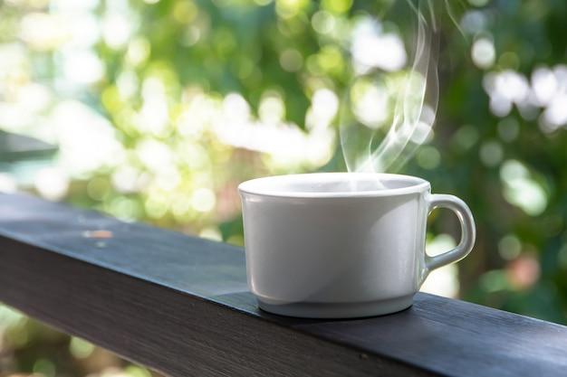 Zestaw hamulca do kawy, filiżanki gorącej kawy espresso na stole i jasne tło