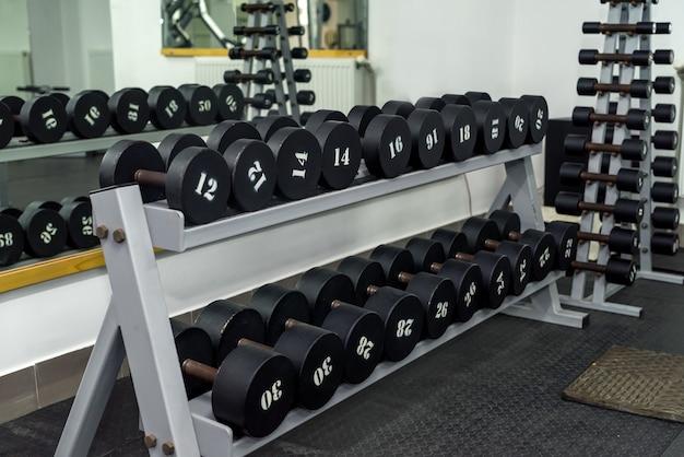 Zestaw hantli w siłowni sportowej