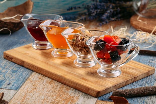 Zestaw herbat z dżemem i orzechami w szklanych słoikach