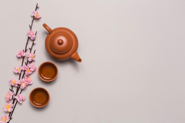 Zestaw herbaty i gałąź kwiat wiśni