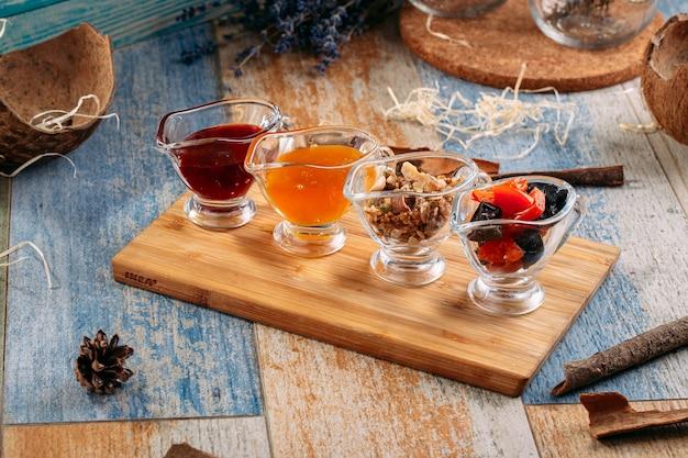 Zestaw herbaty z dżemem i orzechami w szklanych słoikach