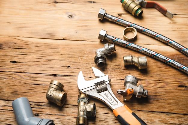 Zestaw Hydrauliki I Narzędzi Na Drewnianym Premium Zdjęcia