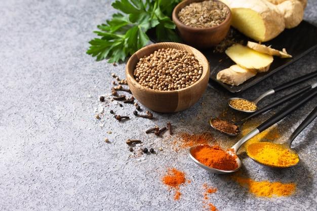 Zestaw indyjskich przypraw i ziół na kamiennym stole. skopiuj miejsce