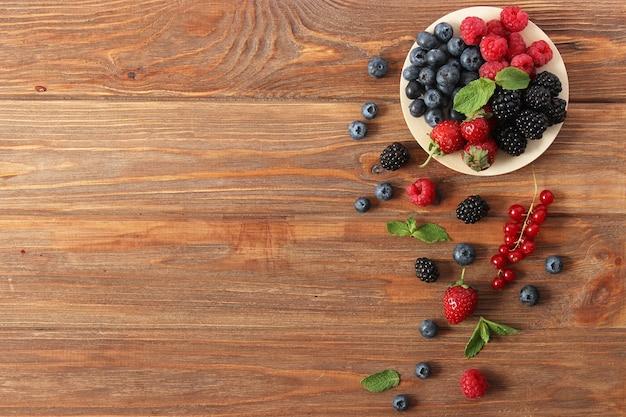 Zestaw jagód leśnych na blacie stołu