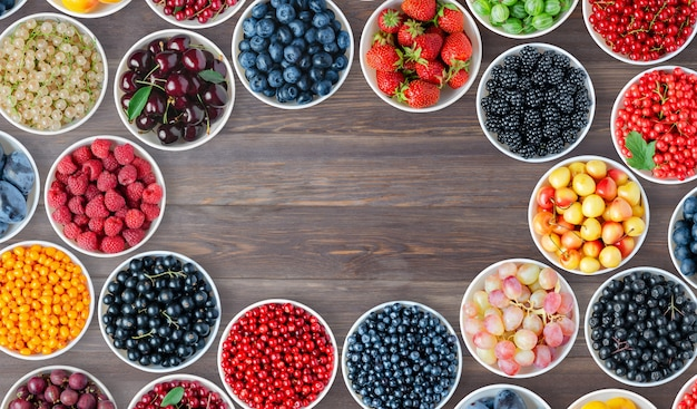 Zestaw jagód w okrągłych miseczkach