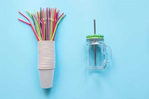 Zestaw jednorazowych białych filiżanek tygodniowego użytku i przeciwwagi mason gar wielokrotnego użytku do napojów codziennego użytku na niebiesko