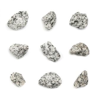 Zestaw kamieni szarego granitu na białym tle. widok z góry kawałków bazaltu