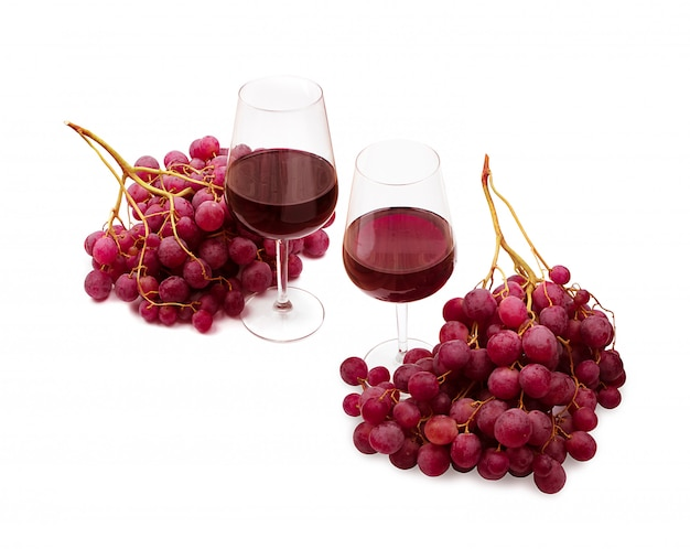 Zestaw kieliszków do wina czerwonego i winogron na białym tle. wino wytrawne bordowe z kijem winnych winogron