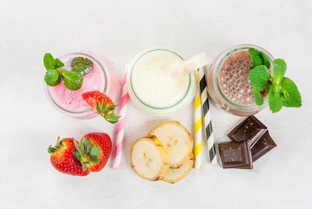 Zestaw klasycznych koktajli mlecznych w małych słoikach