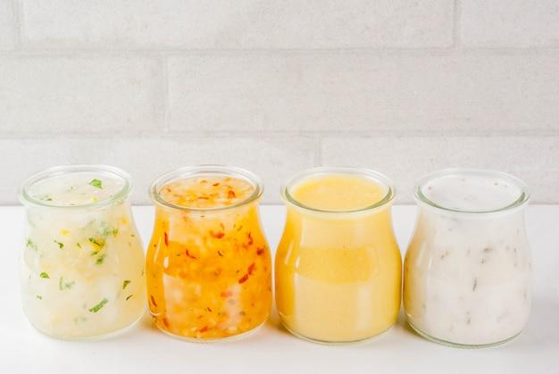 Zestaw klasycznych sosów sałatkowych - musztarda miodowa, ranczo, winegret, cytryna i oliwa z oliwek