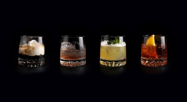 Zestaw klasycznych zimnych koktajli alkoholowych. white russian, bramble, whisky sour i negroni.