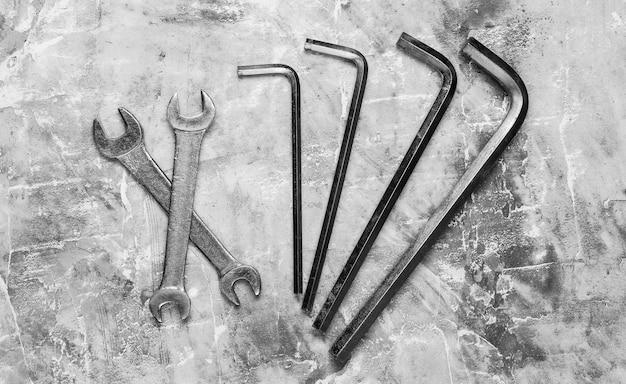 Zestaw klucza na szarym tle betonu. narzędzie pracy. widok z góry