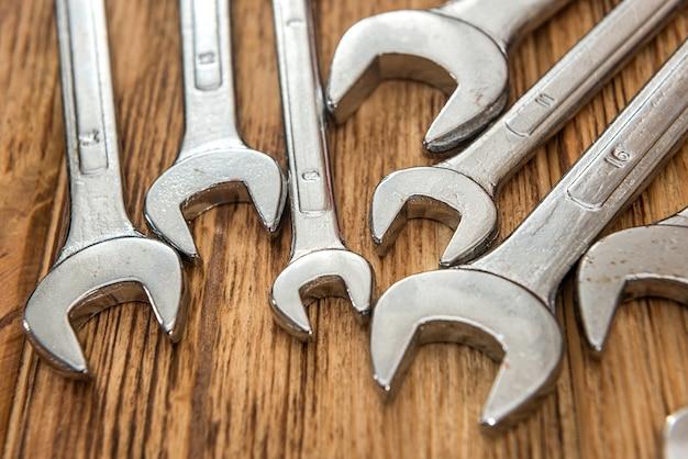 Zestaw kluczy karobowych wszystkich rozmiarów do naprawy na drewnianym biurku. zbliżenie
