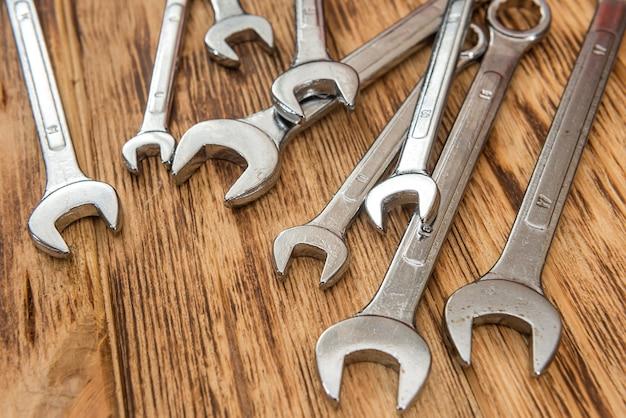 Zestaw kluczy karobowych wszystkich rozmiarów do naprawy na drewnianym biurku