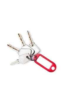 Zestaw kluczy z czerwonym znacznikiem.