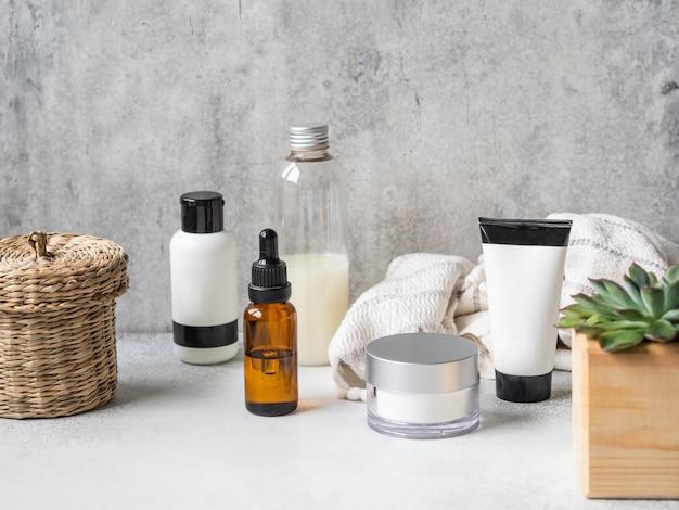 Zestaw kobiecych produktów do pielęgnacji skóry.