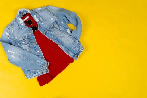 Zestaw kobiet ubrania i akcesoria na jasnym żółtym tle