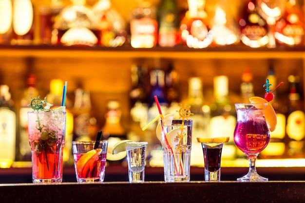 Zestaw koktajli w barze