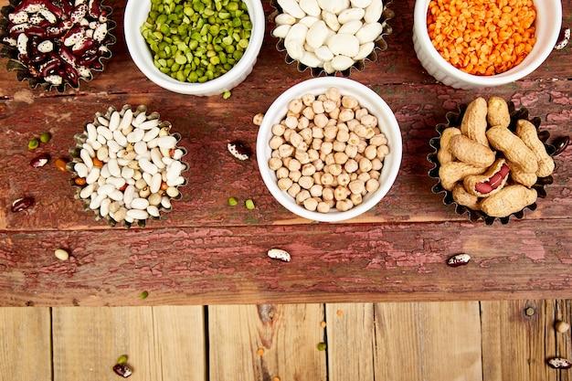 Zestaw kolekcja fasoli i roślin strączkowych. miseczki z różną soczewicą