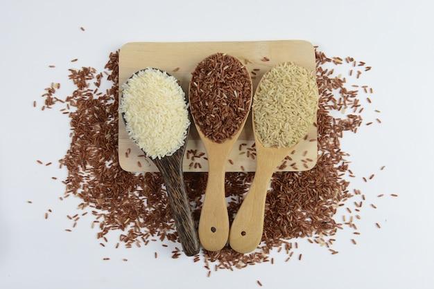 Zestaw kolekcji ryżu na drewnie.