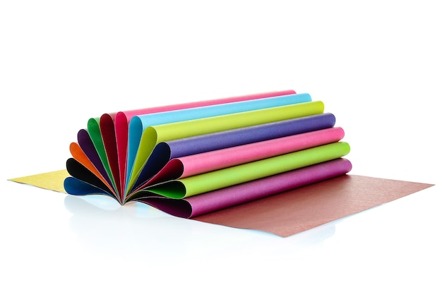 Zestaw kolorowego papieru na białym tle. duży wybór kolorów.