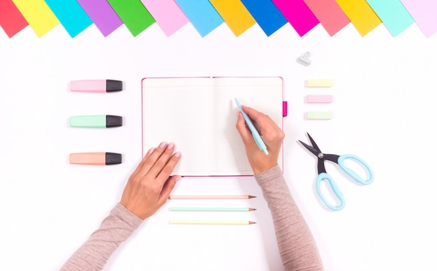 Zestaw kolorowych artykułów piśmiennych