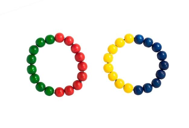 Zestaw kolorowych bransoletek z koralików lub gumek do włosów na białym tle