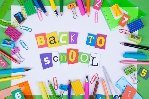 Zestaw kolorowych długopisów, karteczek samoprzylepnych, notesów, długopisów, spinaczy do segregatorów.