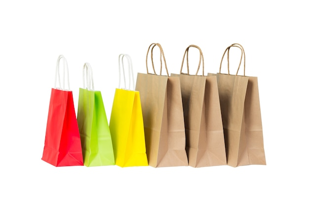 Zestaw kolorowych i brązowy papierowe torby na zakupy na białym tle.